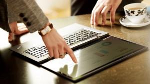 Komputery Lenovo doposażone bywają w podświetlaną klawiaturę, wydzieloną klawiaturę numeryczną, często odporną na zalania